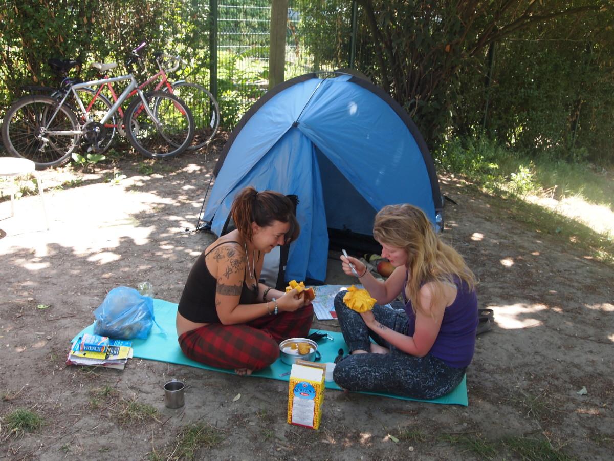 La Nouvelle Vague.  (Jessie et Laura:  Camping Bois de Boulogne.  2011-07-16)