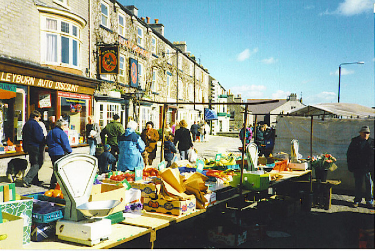 Leyburn on Market Day with the Black Swan behind (centre left) - market day here is Friday, with every fourth Saturday being the farmers' market