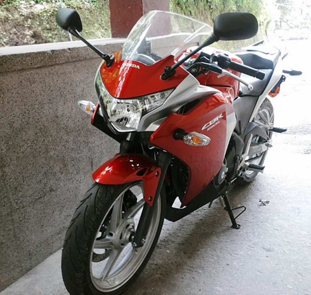 Honda CBR250R Red and Hot Photo to hang around with girls.