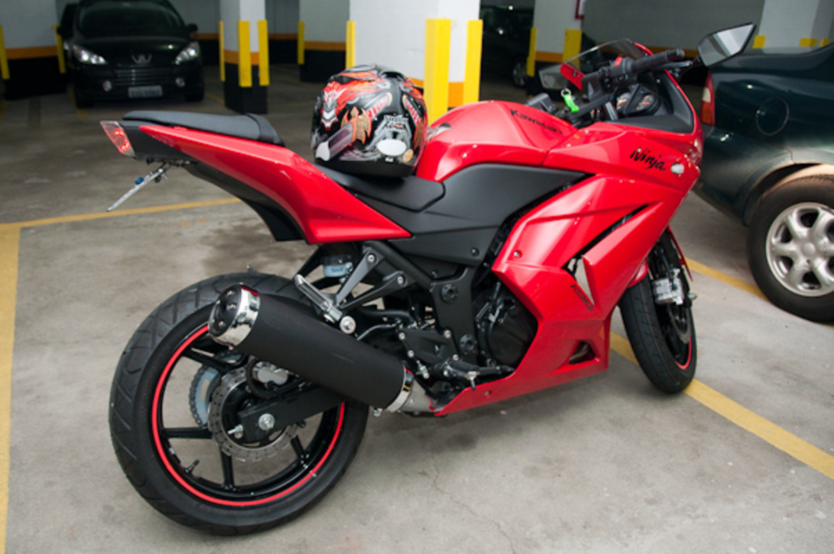 Ninja 250R Red and Black Sports Bike Pic - dashing but costly