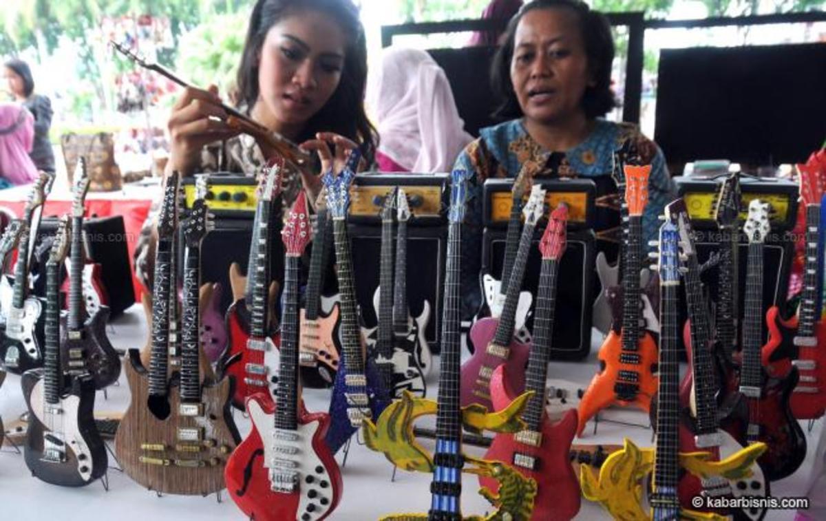 Street vendor sold miniature guitars as souvenirs