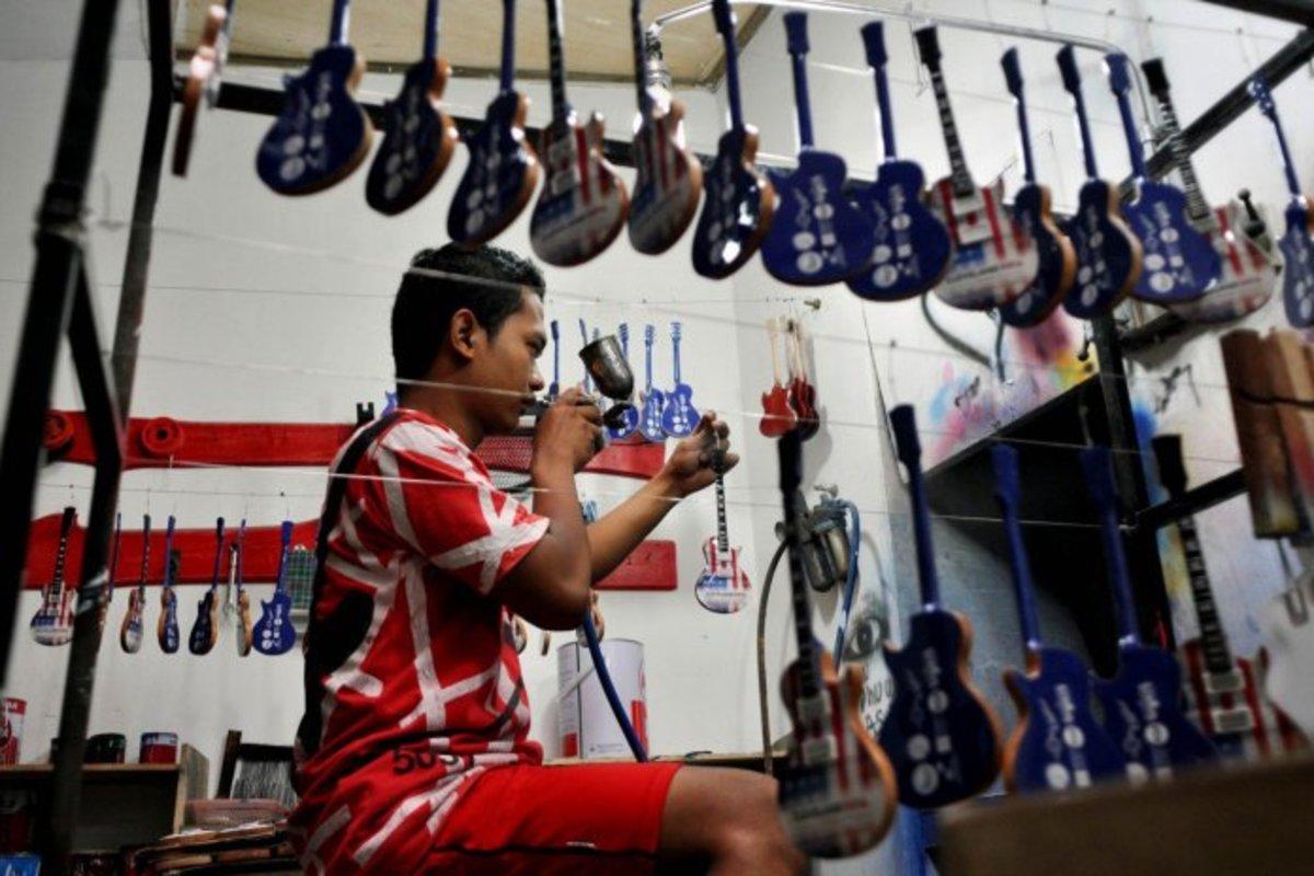 Pramono, the craftman miniature guitar hand made