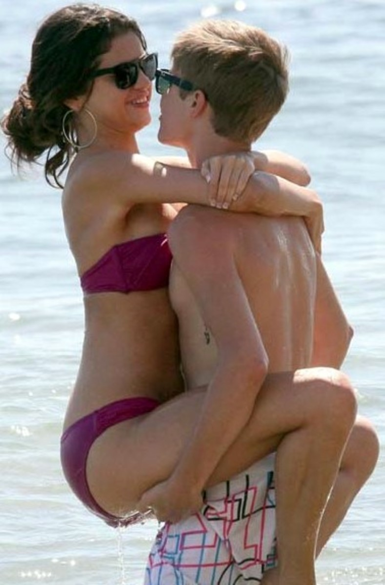 too much in love? - Selena Gomez wrapped around Justin Beiber