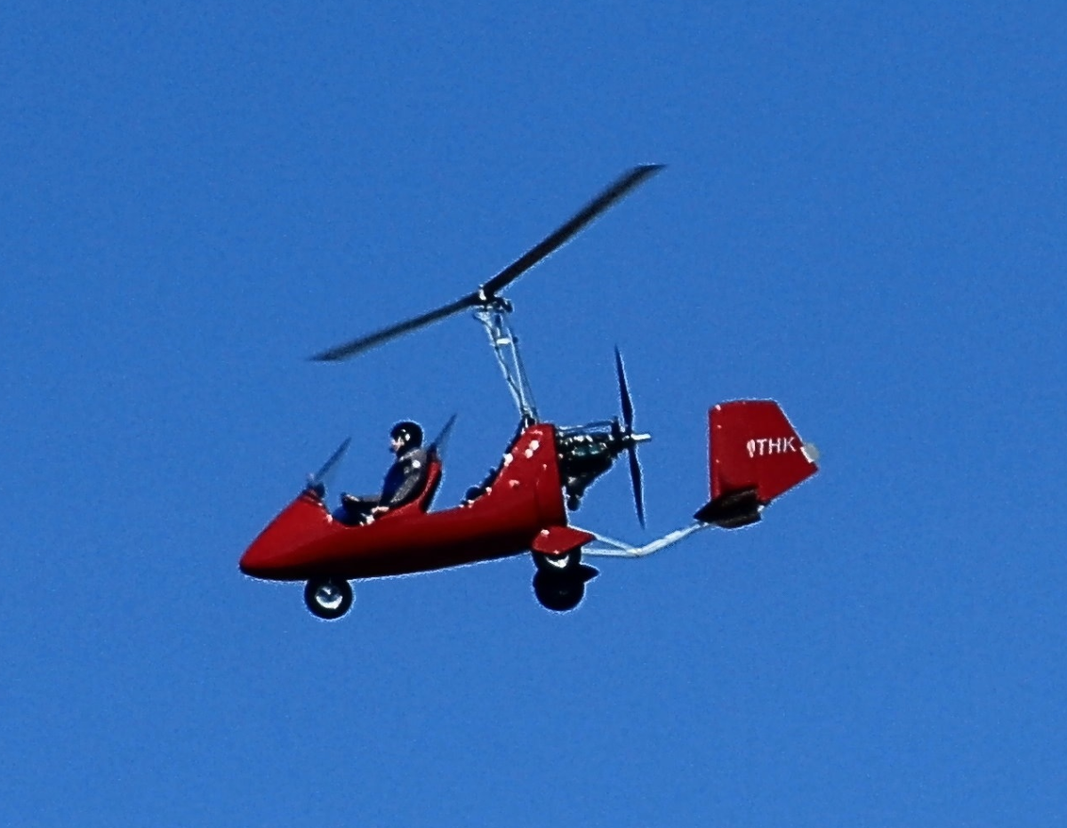 Gyrocopter uses powered propeller for forward motion. The rotor is only driven by autorotational force and thereby produces the necessary lift.