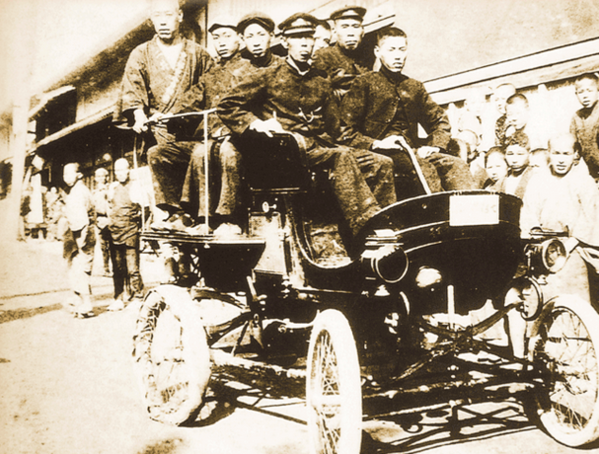 One of the first self-propelled vehicles in Japan was this Panhard used as a bus in 1903. The first cars in Japan were mainly used for public transport. The right rear tire was just repaired.
