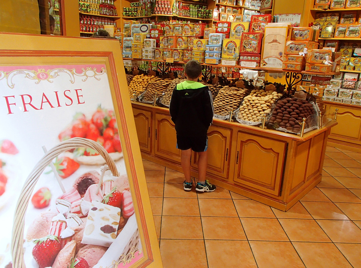 """A pastry shop specialized in French """"biscuits"""" or cookies."""