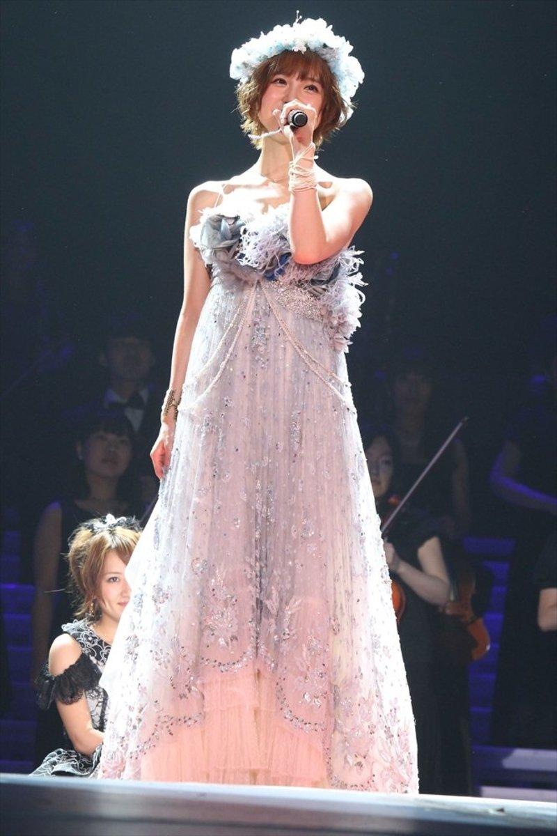 Sitting behind Mariko Shinoda in the audience is Minami Takahashi.