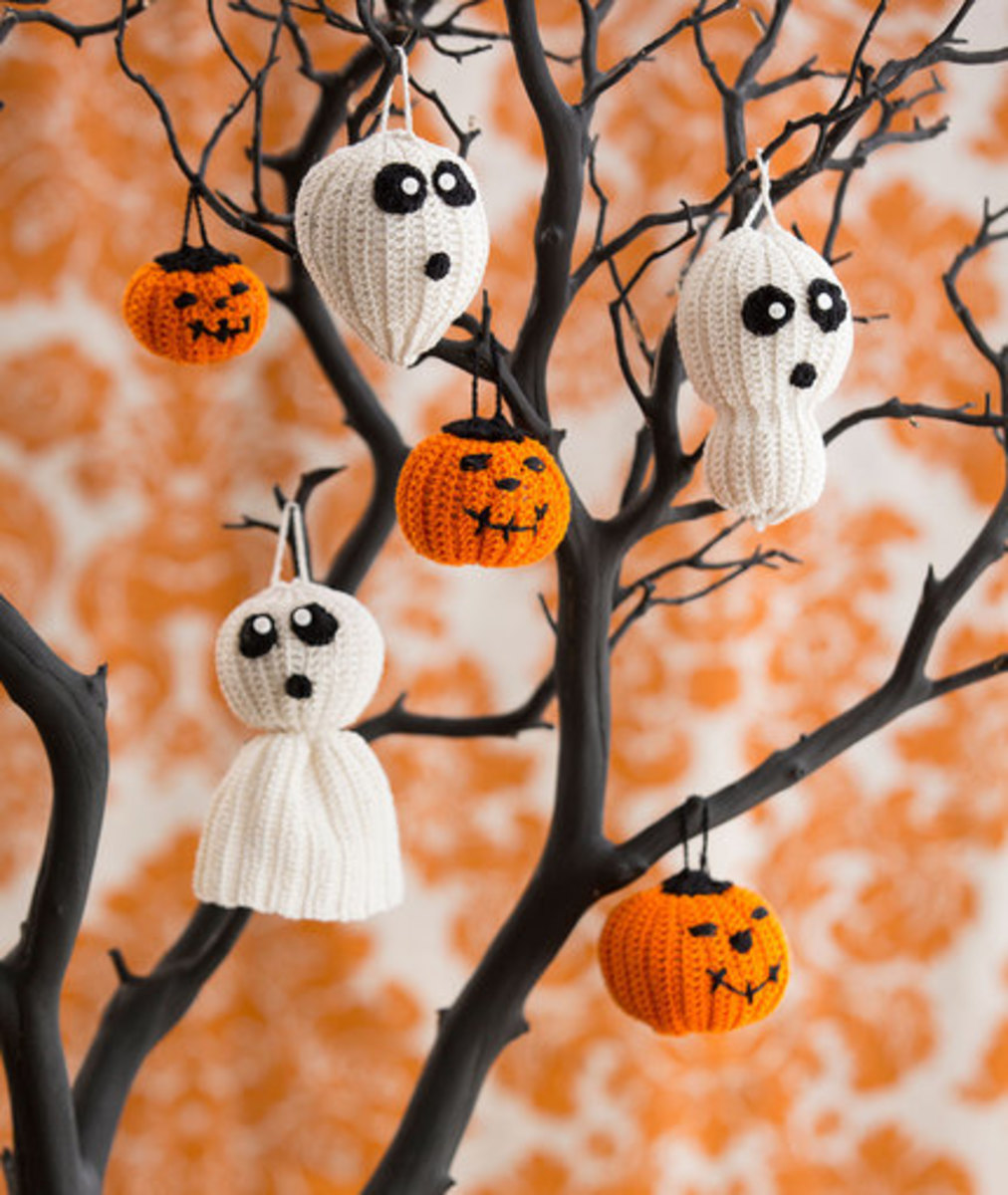 Create a spooky tree using a branch or use these ornaments wherever a little Halloween fun is needed. Choose from three Ghost variations and two sizes of Jack o' Lanterns.