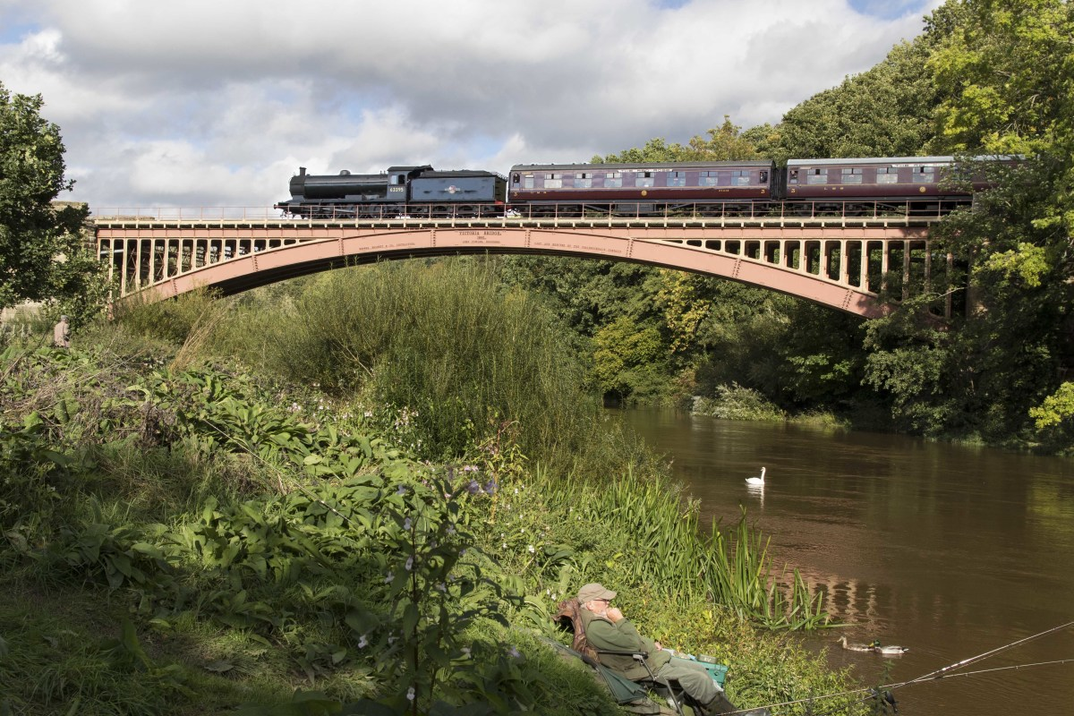 Crossing Victoria Bridge with the 15.15 from Kidderminster, 21.9