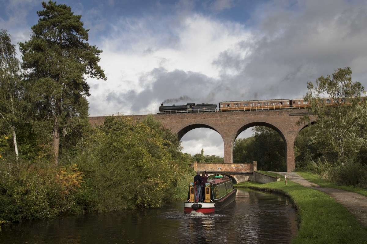 Taking the Falling Sands viaduct over the River Stour with 10.00, 21.9