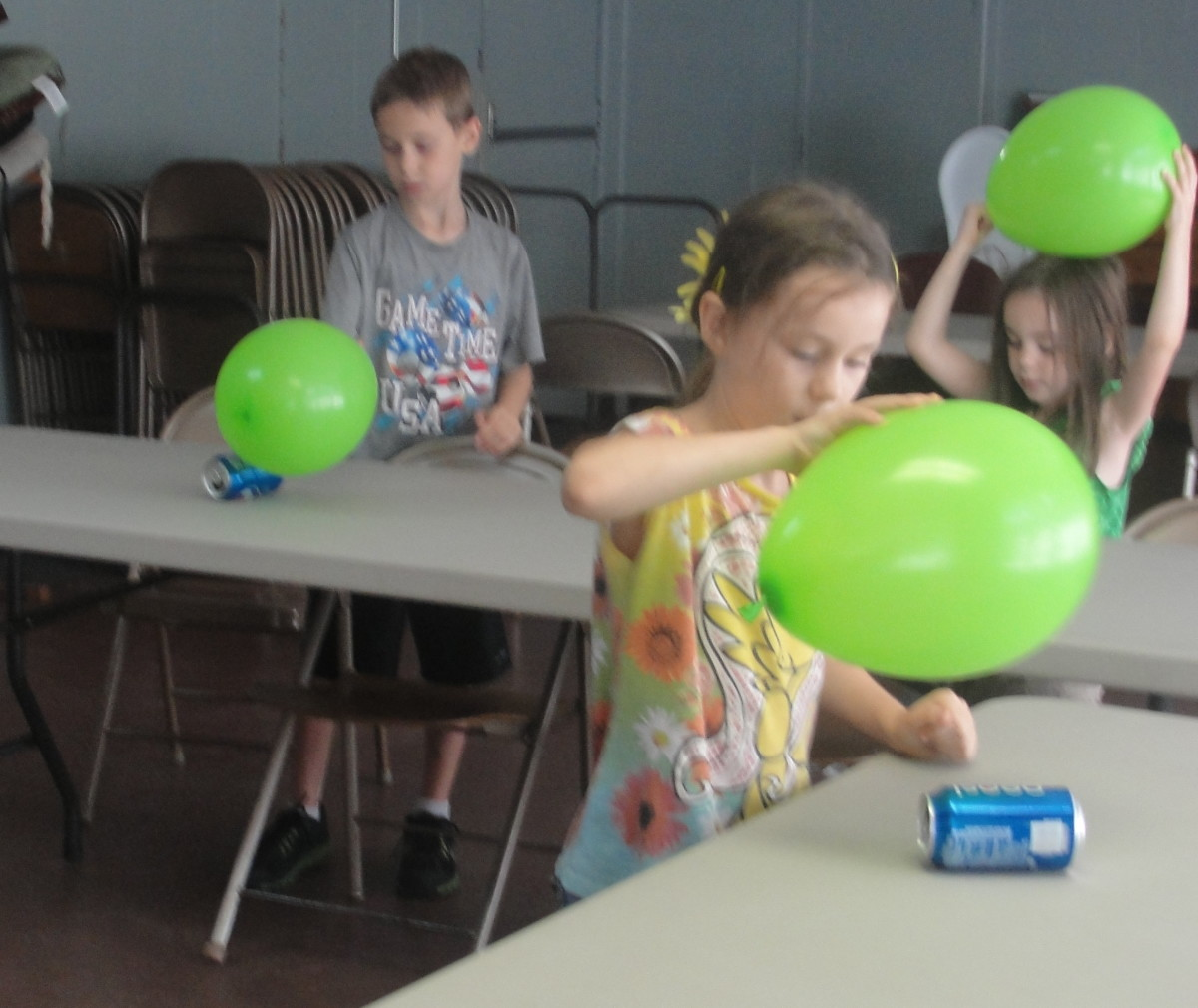 Rolling a can using static electricity