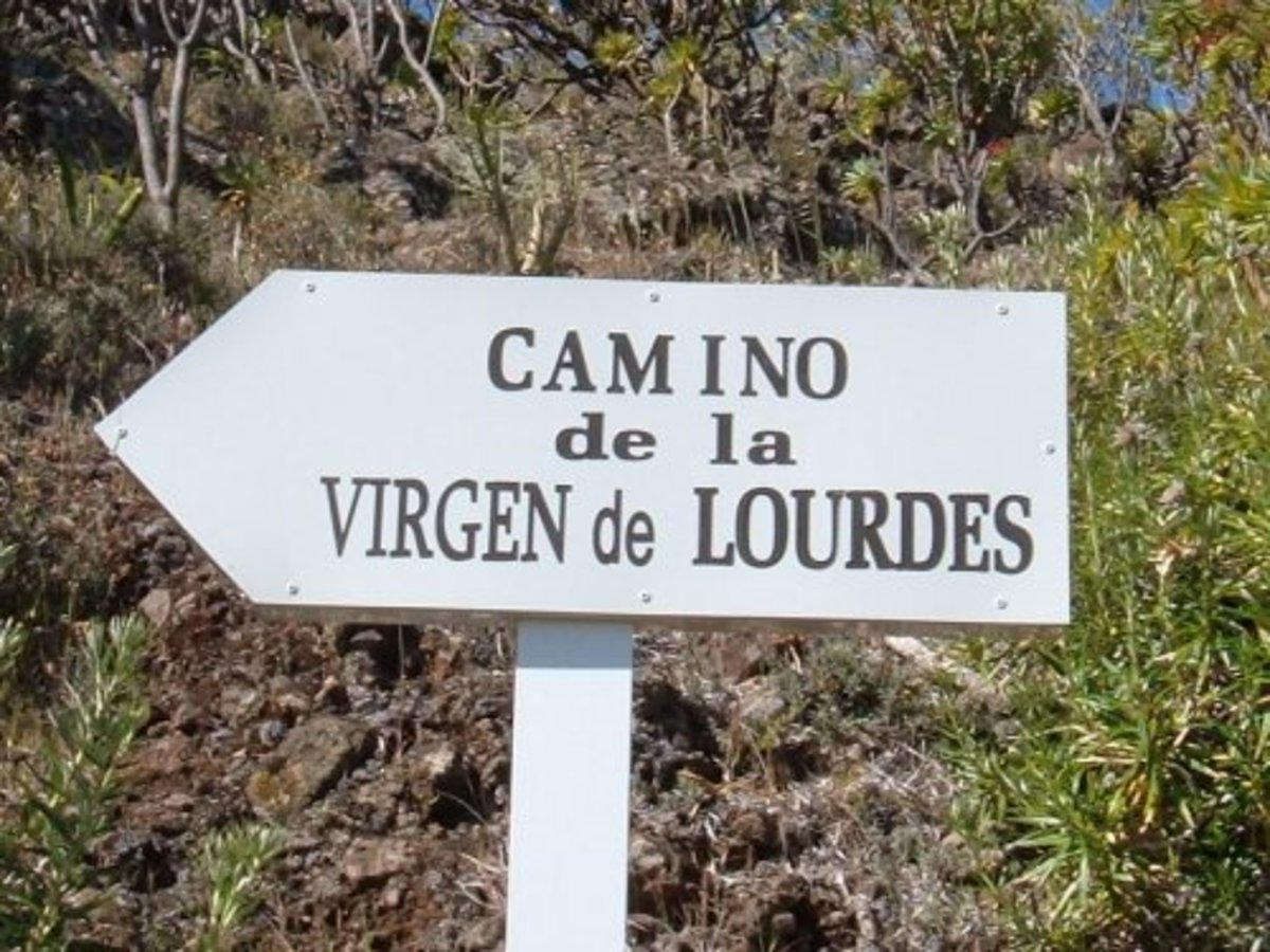 Sign for the footpath to the Virgin of Lourdes