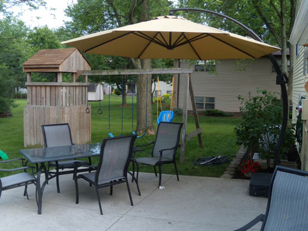 Advantages to Using a Cantilever or Offset Patio Umbrella