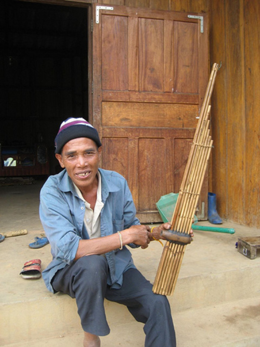 Khene player proudly displaying his instrument of choice. Courtesy flickr.com