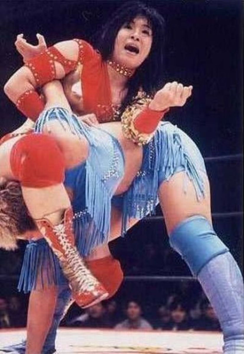 Manami Toyota with an octopus hold ( manji-gatame ) Dynamite Kansai.