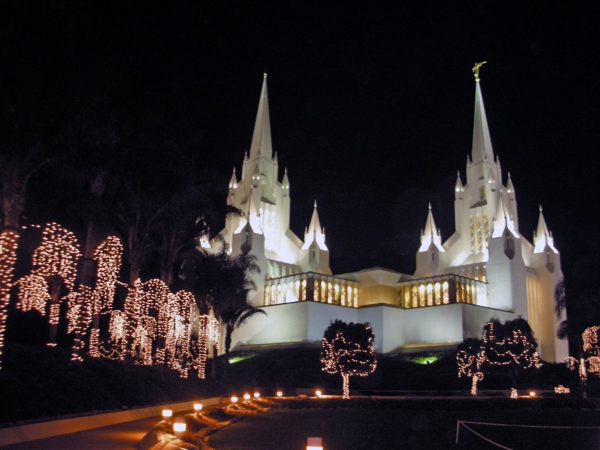 San Diego Temple in spectacular Christmas lights.