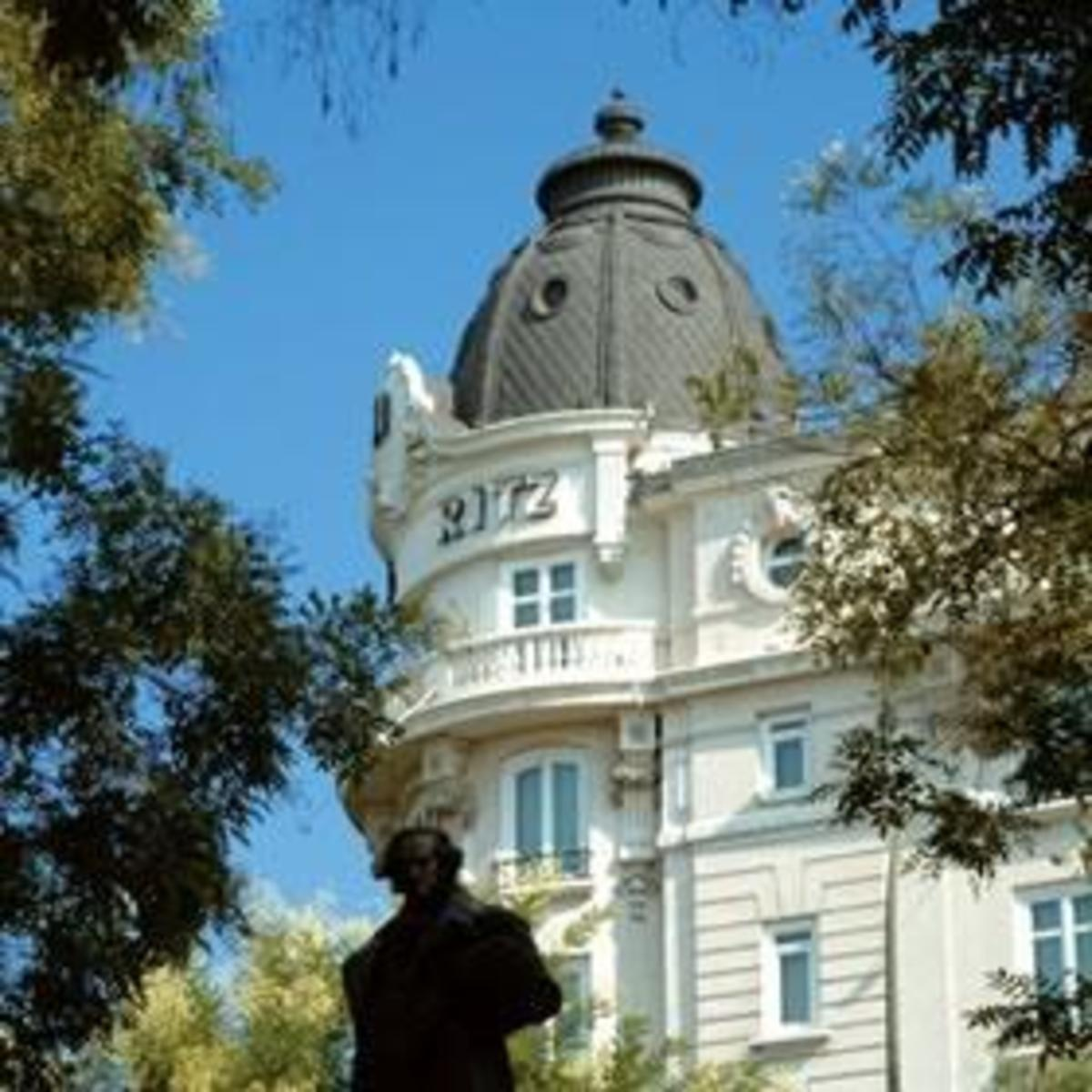 Image of Goya's statue right in front of Prado's Goya door. Credit: hotels.swissinfo.com