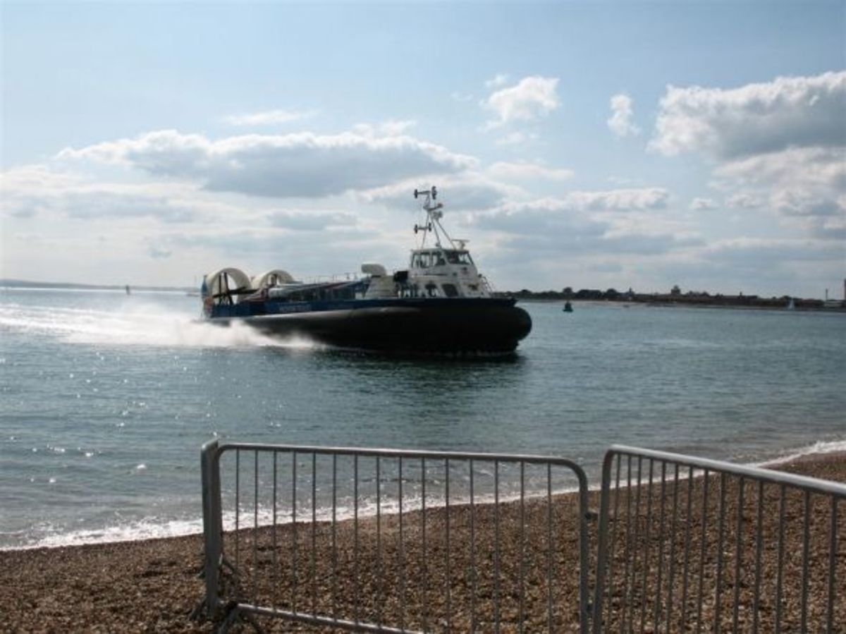 "Hovertravel ""Island Express"" approaching the ramp at Southsea"