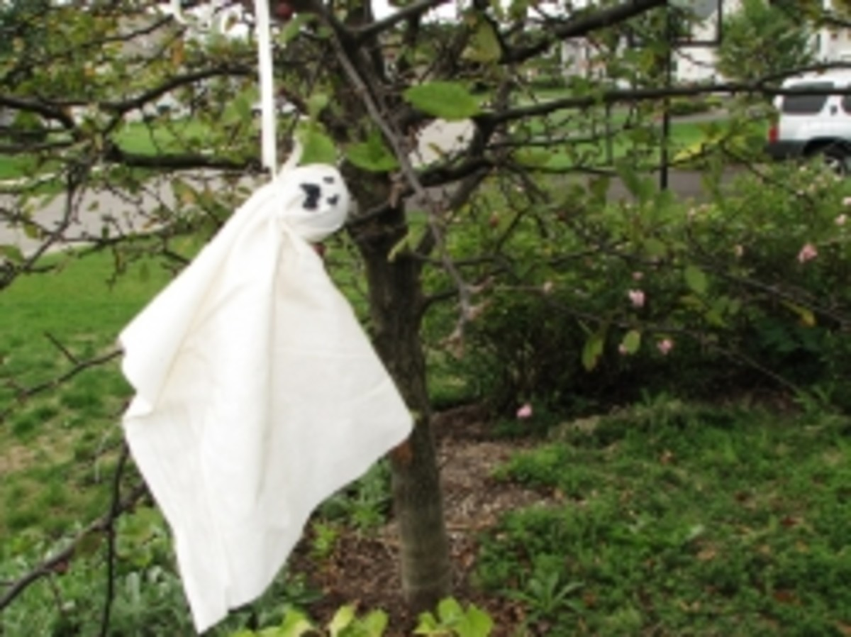 How to Make Easy Ghost Halloween Tree Ornaments