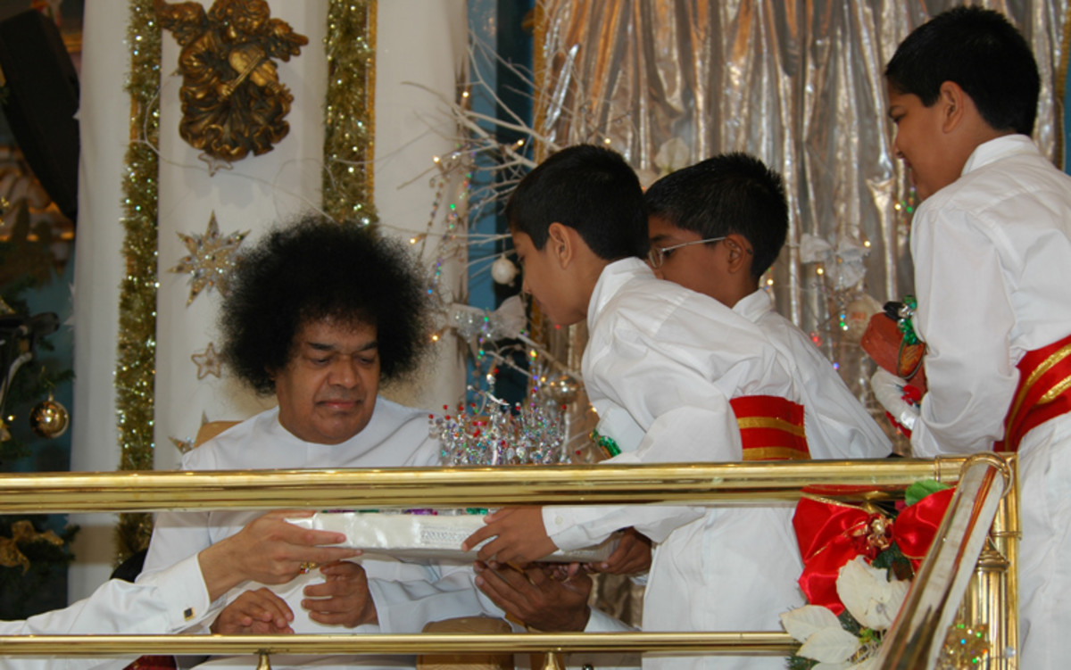 Children have always been special for Swami... (occasion - Christmas 2006 - Blessed are the children for their's is the kingdom of heaven)