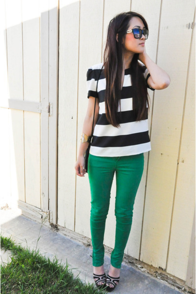 Experiment with bright skinny jeans, but keep the rest of the outfit relatively simple. You want to have one attention-grabbing element to your outfit.