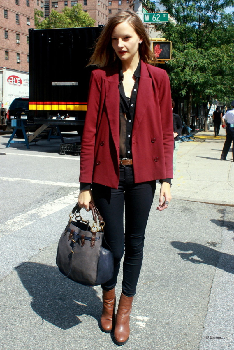 When in doubt, opt for a colored blazer and black skinny jeans. You can never go wrong with this sophisticated combination!