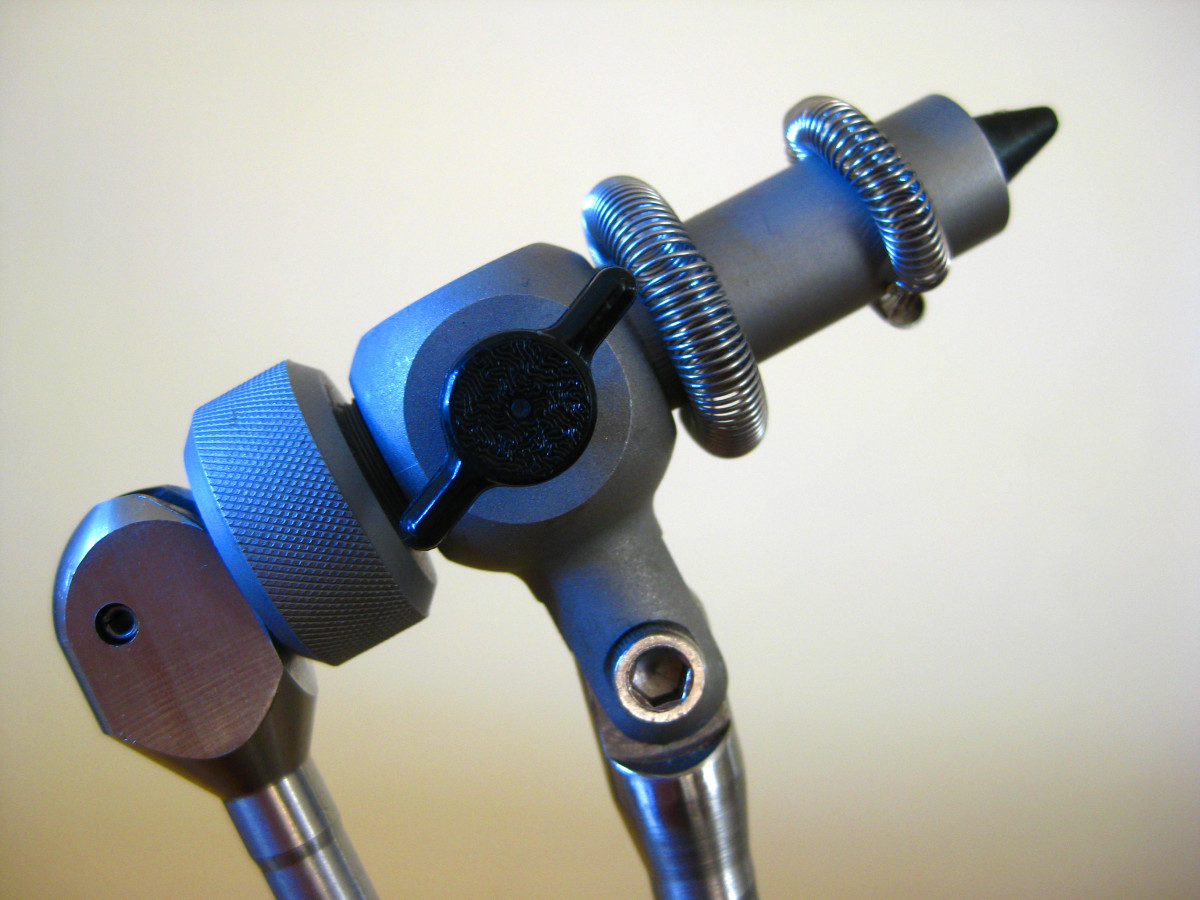 The allen head screw on the post allows the head to be tilted to different angles to suit the tyer.