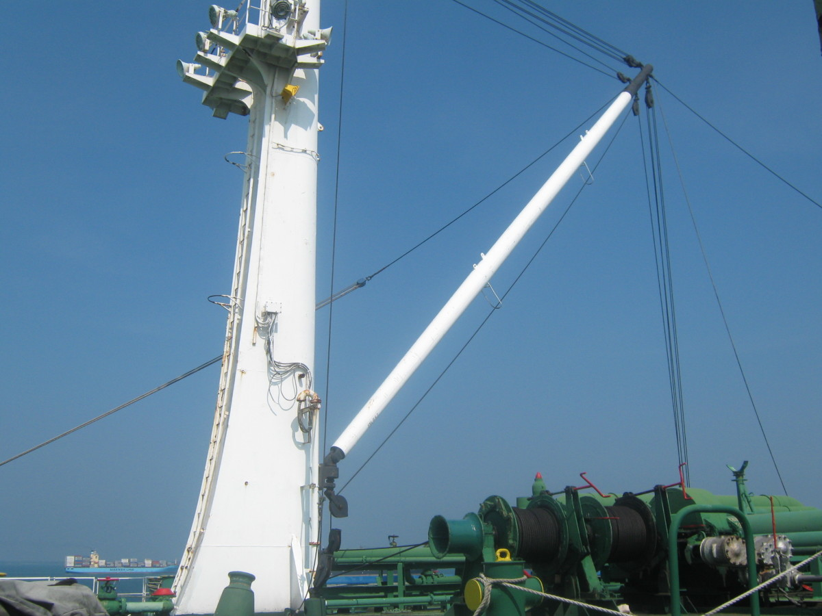CARGO HOSE HANDLING DERRICK - USED FOR LIFTING THE CARGO HOSES , REDUCERS ETC. FOR CONNECTION AND SUPPORT DURING LOADING / DISCHARGING