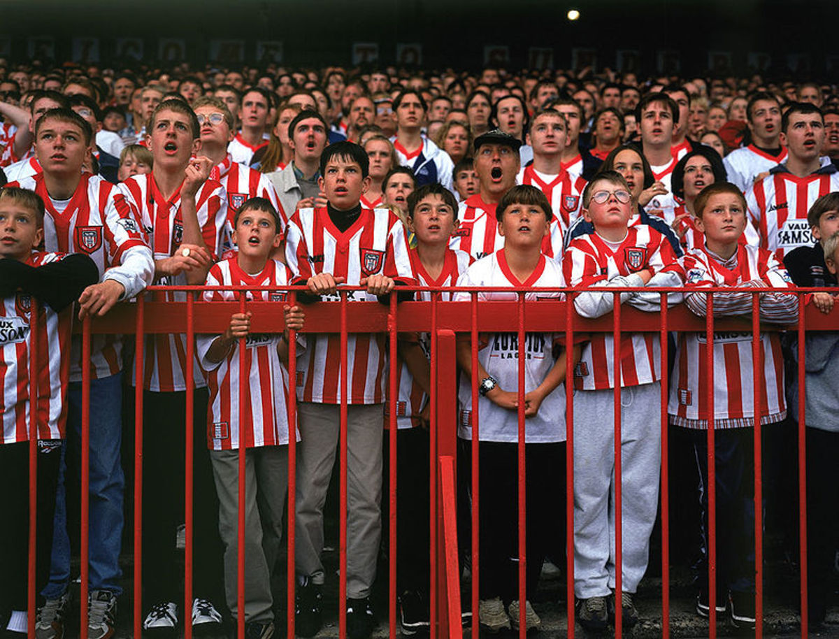 Keep your eye on the ball!! EPL Sunderland supporters in awe!