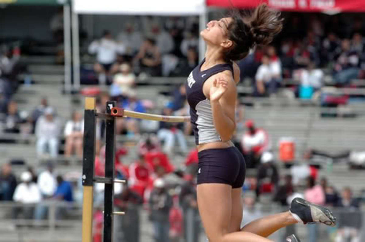 Allison Stokke in pole vault action