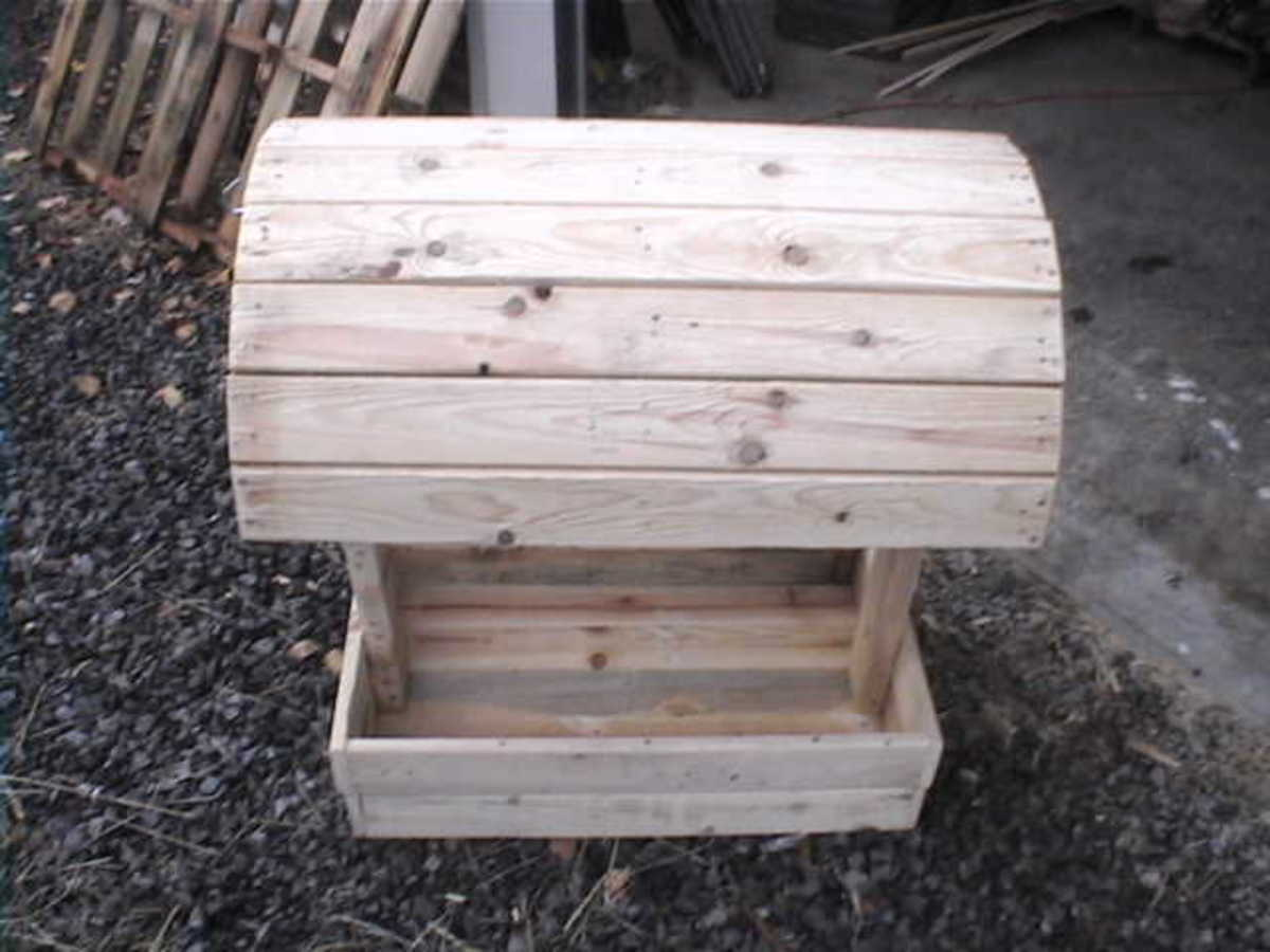 diy-saddle-stand-made-from-reclaimed-wood-pallets