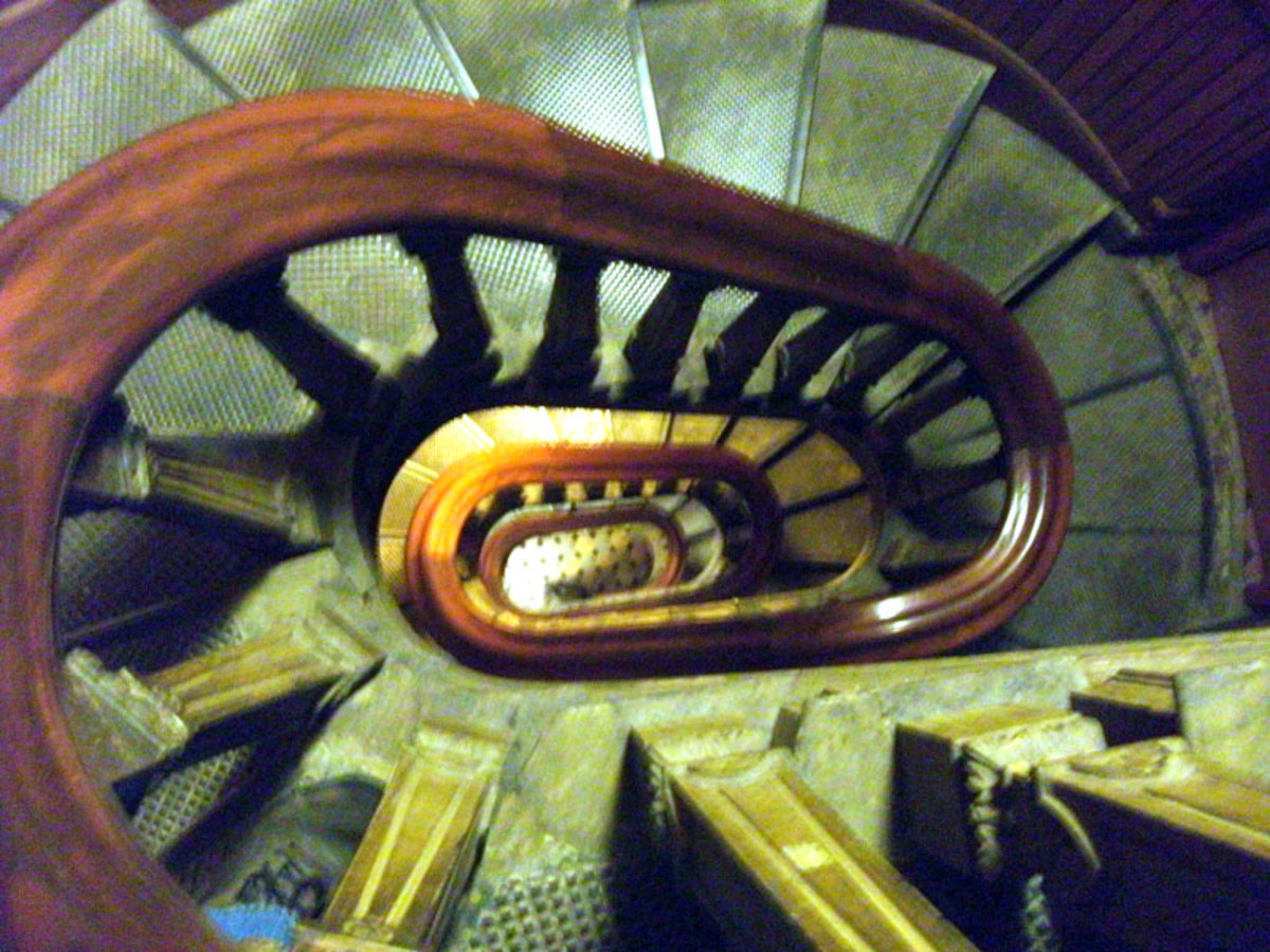 Visitors wishing to visit the inside of the capitol dome must do so by means of an interior stairwell.