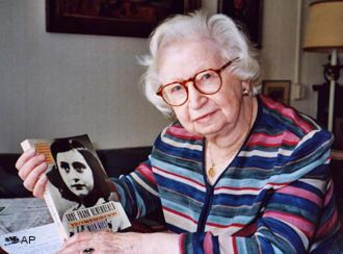 Miep Gies with a picture of Anne Frank.