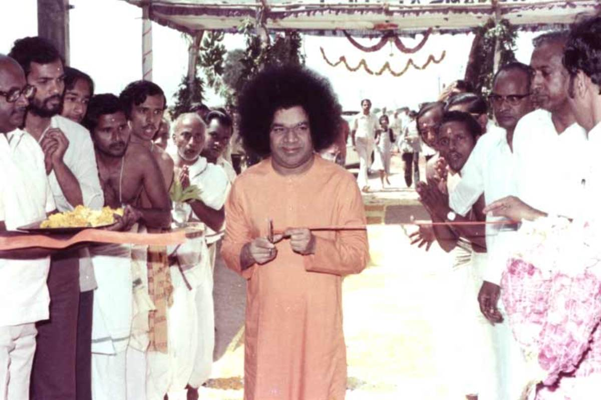 Inaugurating the Sathya Sai Institute of higher Learning. How Swami looked in the 1980s - the settings of this episode.