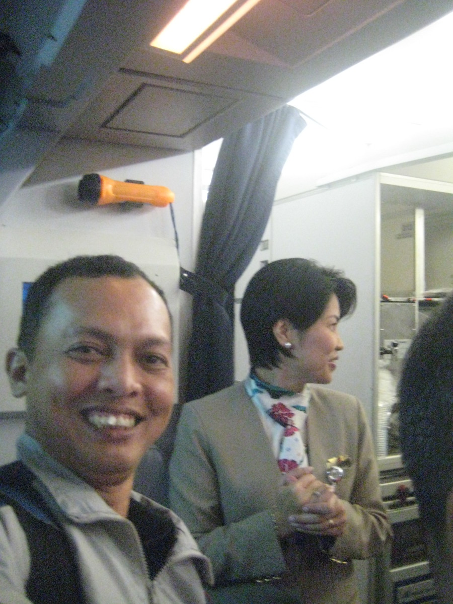 A camera-shy (?) attendant with TM before boarding the plane