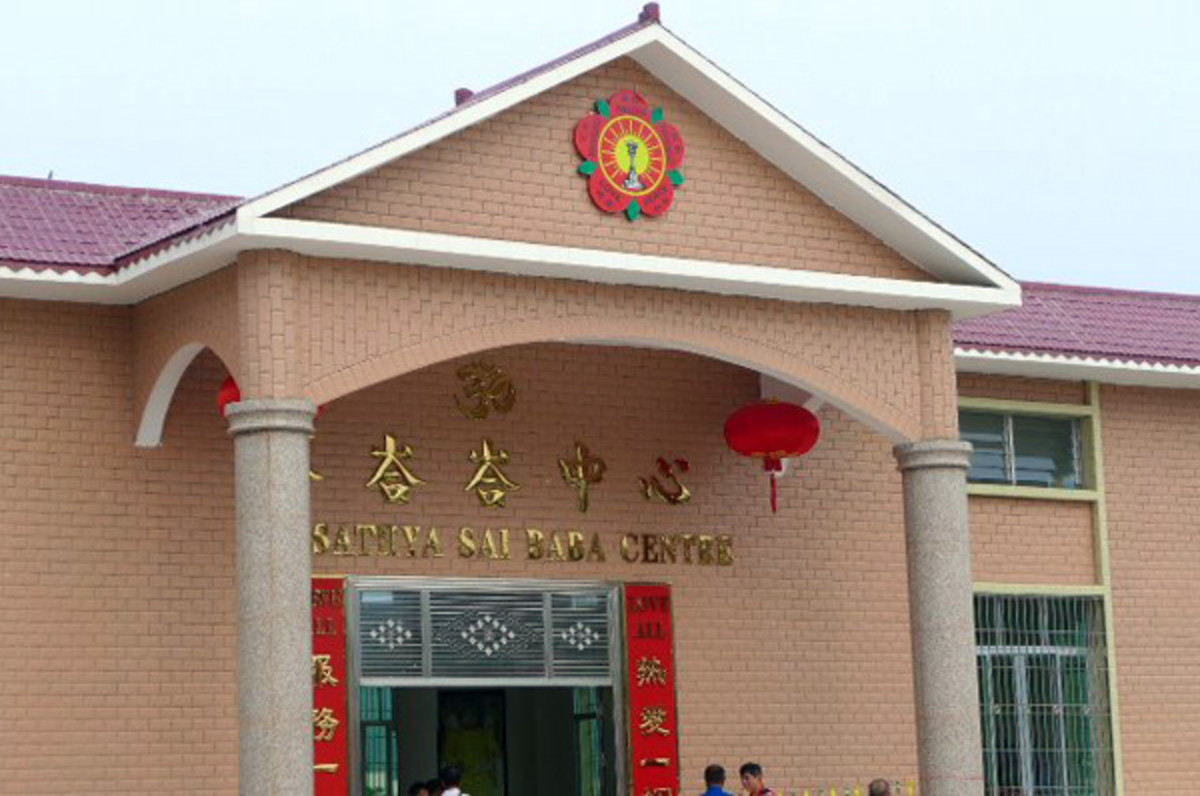 The structure has been tastefully painted in typically 'Chinese colors' - bright yellow, bright red and browns.