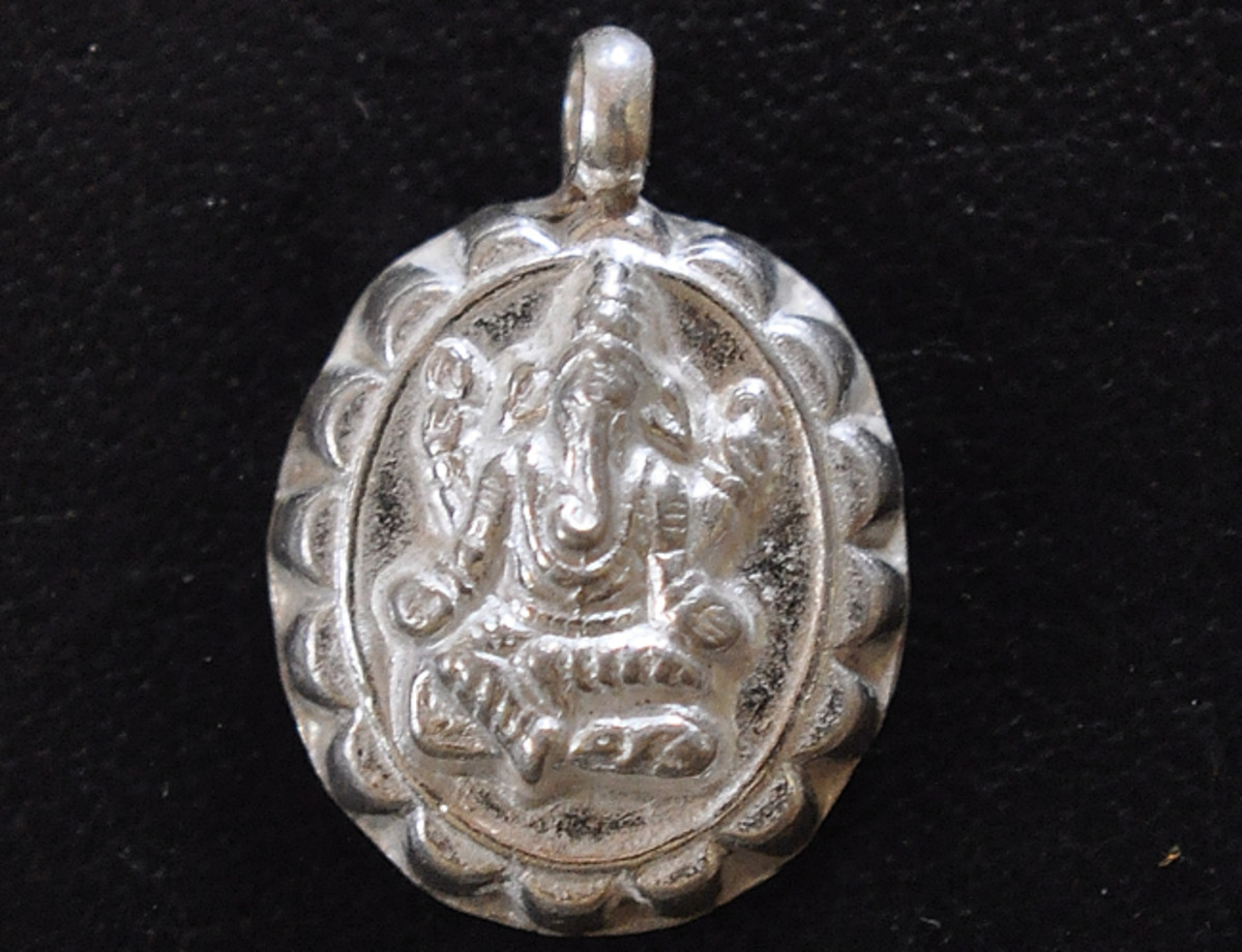 A close up of the Balmuri Ganesha on the silver medallion pendant.