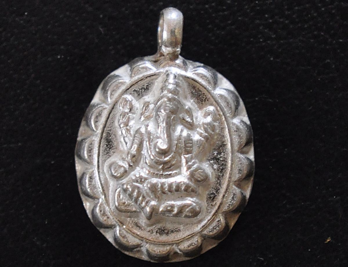 A cerca de la Balmuri Ganesha en el colgante medallón de plata.