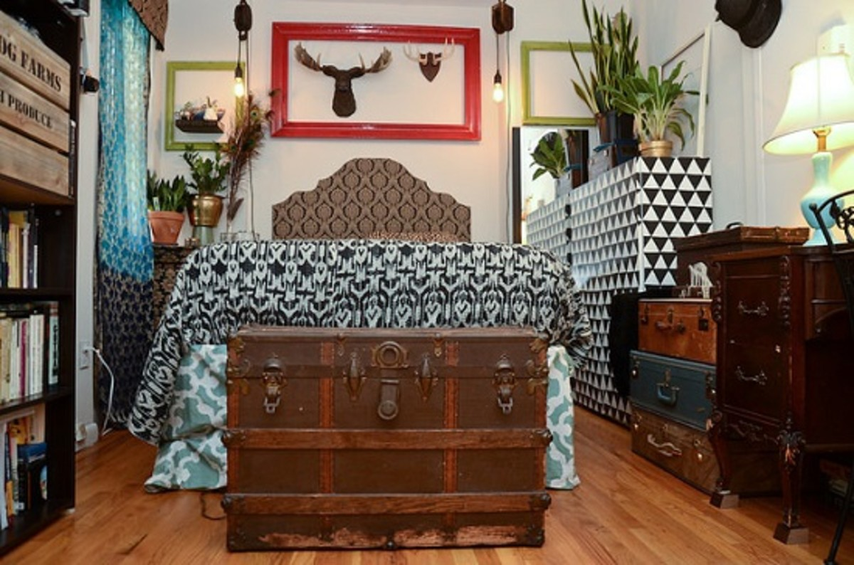 A truly masculine space decorated in a rustic eclectic style. This men's bedroom design is typically filled with prized treasures of great importance to its occupant. Small space, with a stylish setup