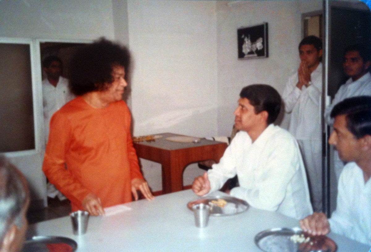 A casual conversation at the tiffin table. To Sri Sai Surendranath's left is Sri Radhakrishna.