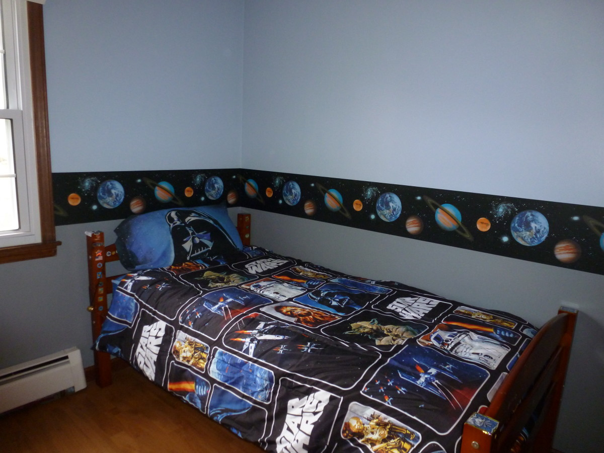 The wall border and bedding make a cheery, intergalactic room.