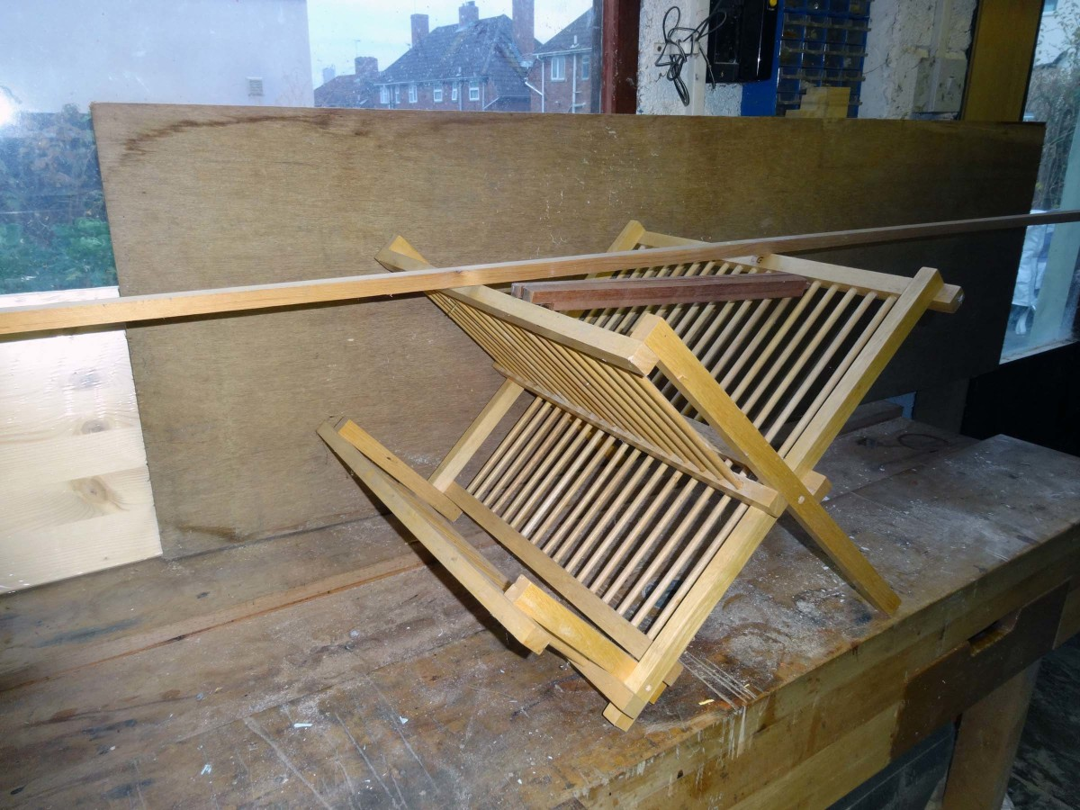 Wood to be recycled, the old dish rack, plywood and piece of timber, and pine board.