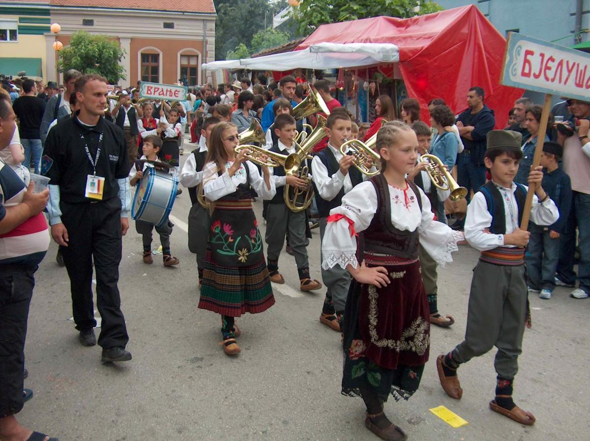 Défilé folklorique, festival de trompette de  Serbie