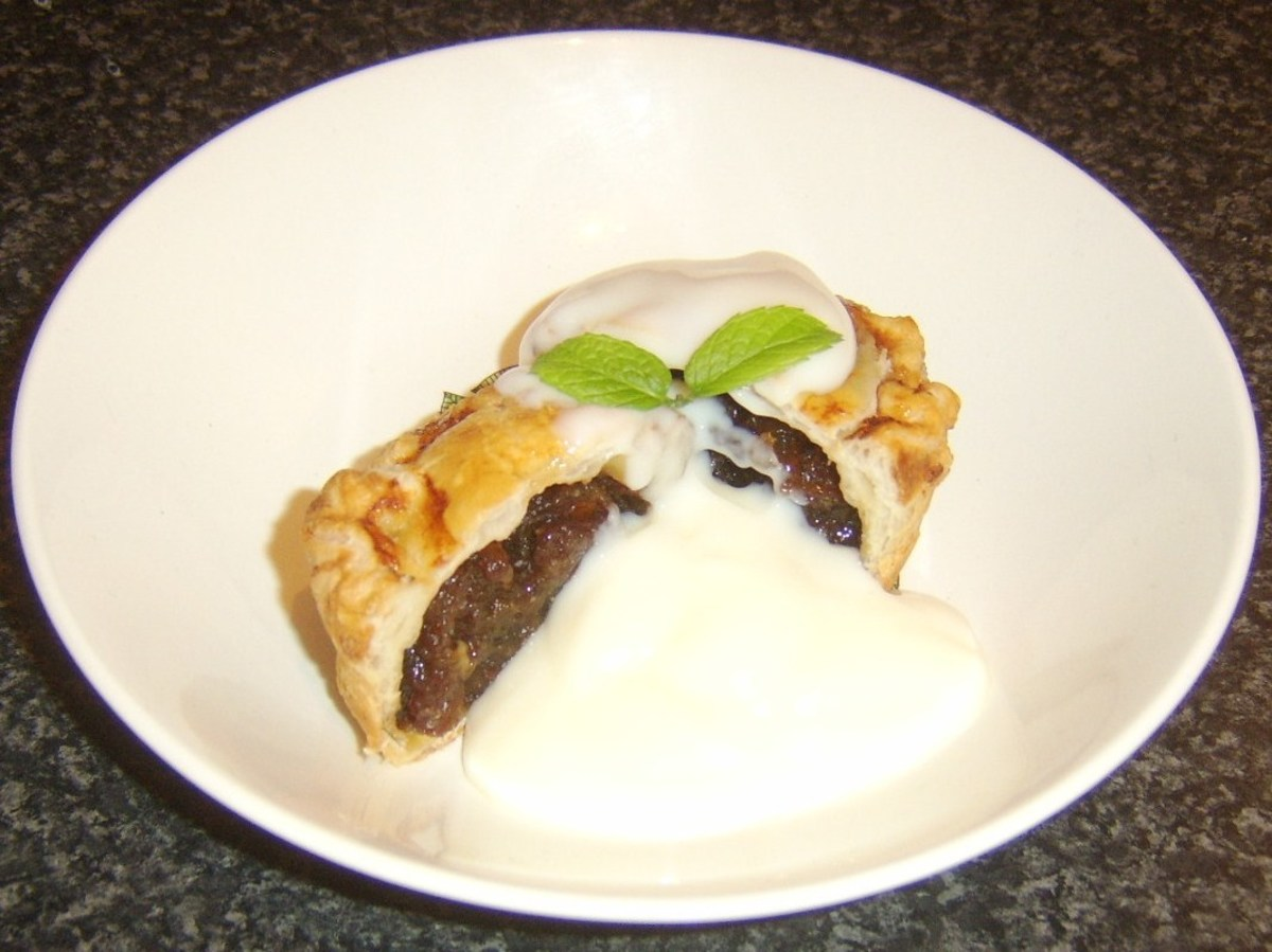 Puff pastry mincemeat pie with rum sauce