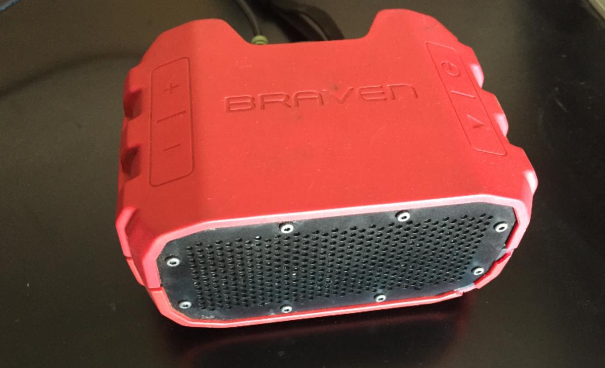 A bluetooth computer speaker device