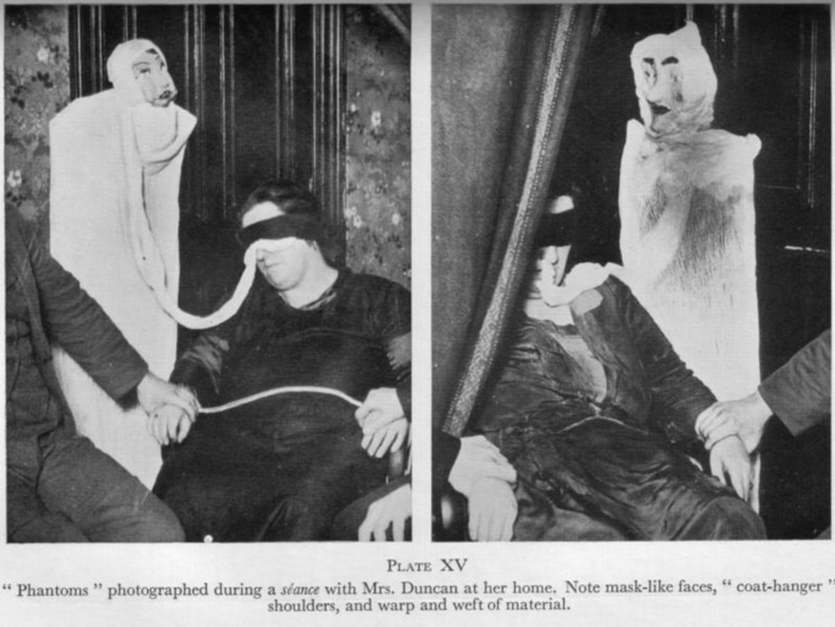 Helen Duncan producing supposedly fake ectoplasm
