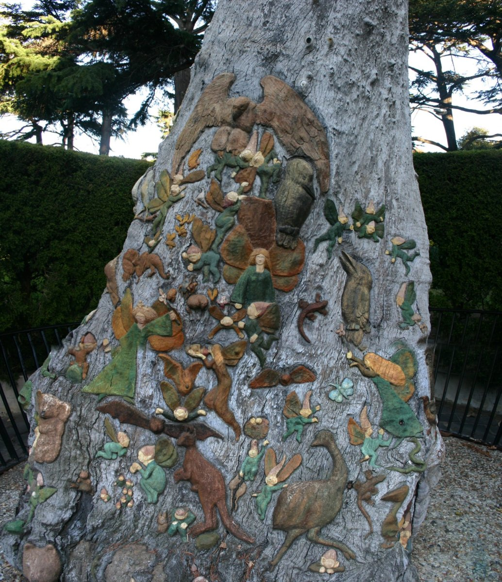 The Fairies tree in the Fitzroy Gardens, Melbourne. Sculptored by Ola Cohn 1931-1934. Photo by Wiki Media user Ausxan