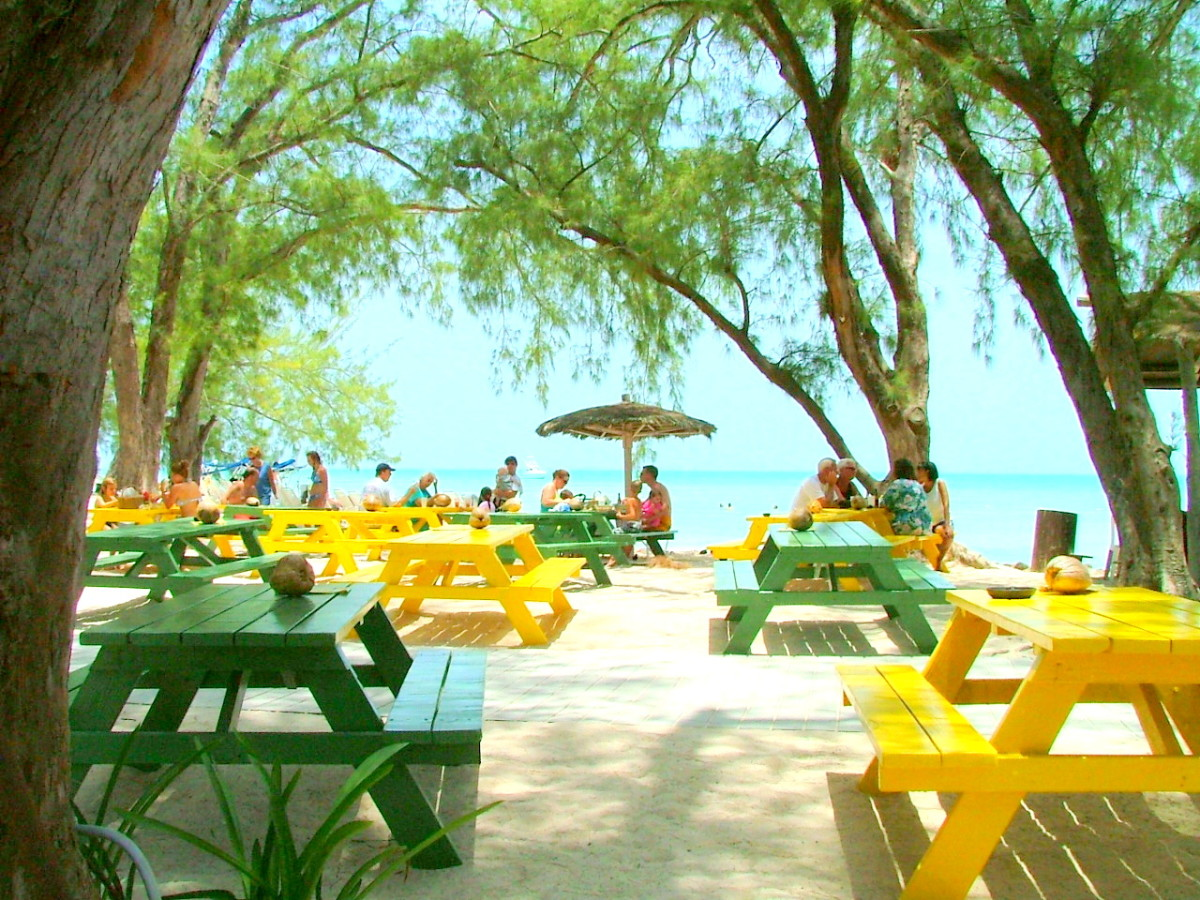 There is a very large picnic area, and lots of restaurants where you can enjoy local foods and drinks.