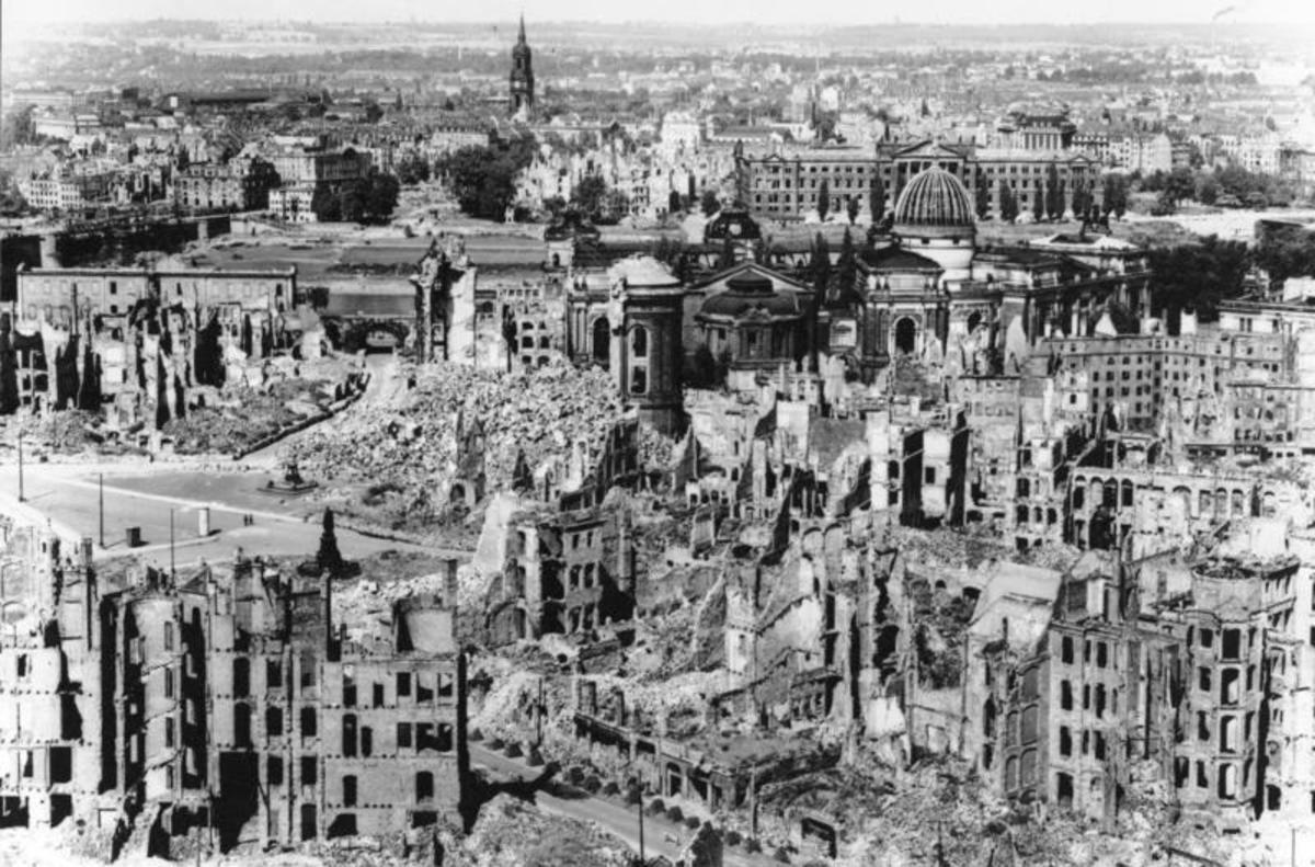 Dresden Bombing Bundesarchiv, Bild 146-1994-041-07 / CC-BY-SA 3.0 [CC BY-SA 3.0 de (http://creativecommons.org/licenses/by-sa/3.0/de/deed.en)], via Wikimedia Commons