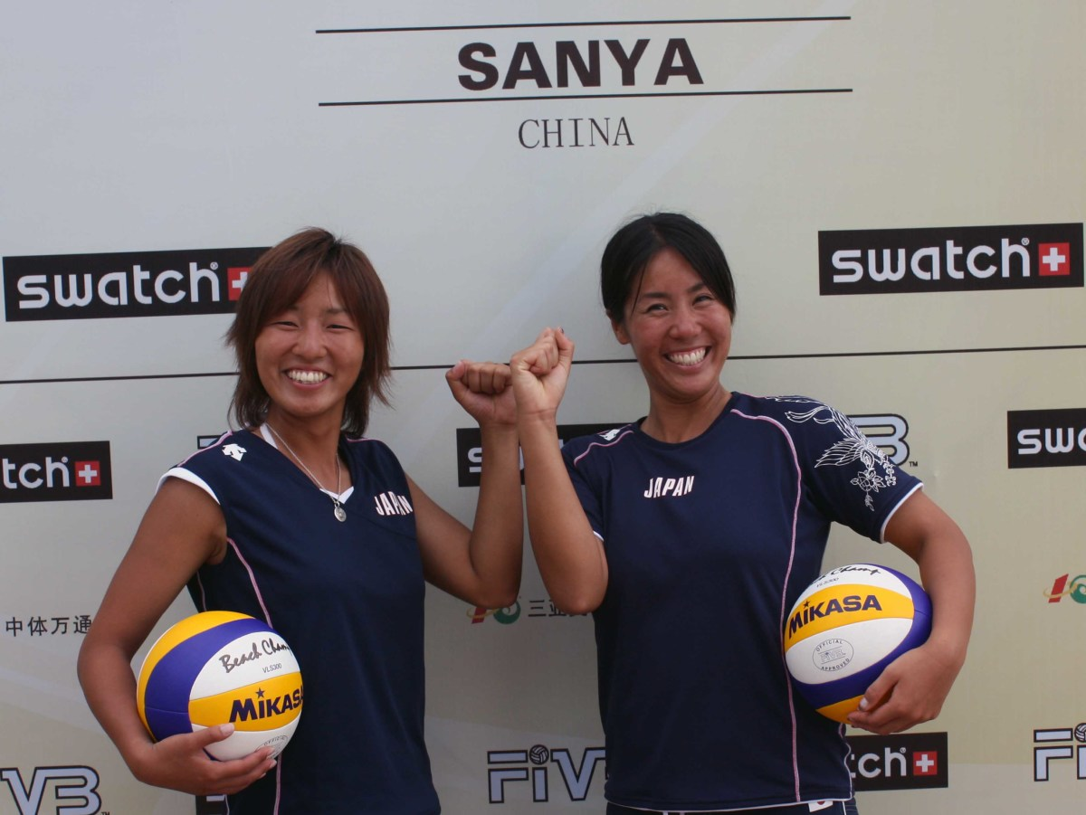 Mutsumi Ozaki and Ayumi Kusano smile as they qualify for the 2009 Sanya Open.